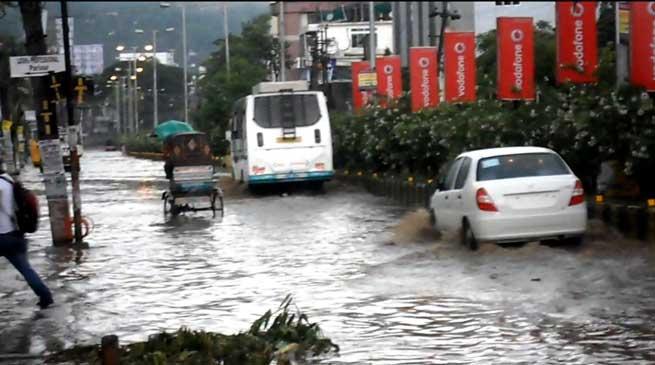 असम - भारी बरसात और तूफान से तबाही