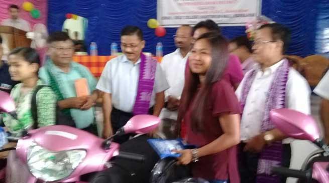 कोकराझाड़ - मेधावी छात्राओं में स्कूटी वितरित