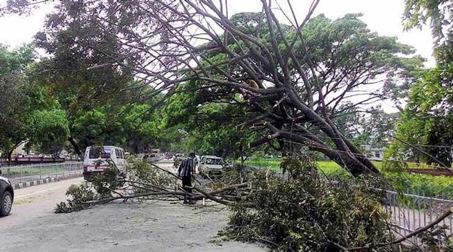 असम – भारी बरसात और तूफान का कहर