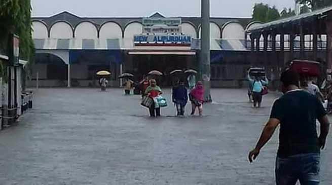 रेलवे सेवाओं पर भी पड़ा भारी बरसात और बाढ़ का असर