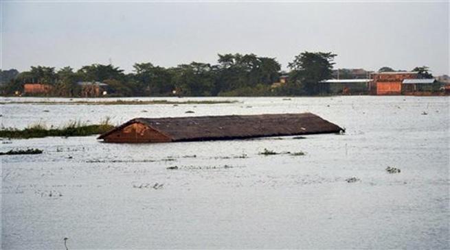 ताजा बाढ़ ने असम और अरुणाचल प्रदेश में भीषण तबाही मचाई है  दूसरे दौर में प्रभावित जिलों की संख्या बढ़कर 19 हो गई है 