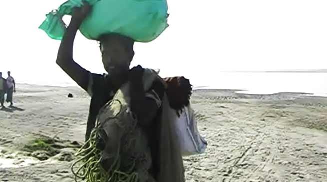 असम: ब्रहमपुत्र के चर बने रेगिस्तान, पलायन कर रहे हैं किसान
