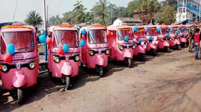 असम की सड़कों पर महिलाएं दौड़ा रही हैं गुलाबी ऑटोरिक्शा